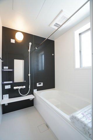 浴室乾燥暖房機のあるお風呂です。広いお風呂は家族一緒に入れますよ。