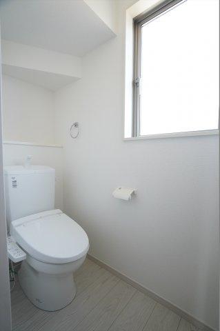 階段下を上手に利用した1階のトイレは窓があり明るいトイレです。飾り棚にお好きな小物を飾れます。温水洗浄便座で1年通して快適に使えます。