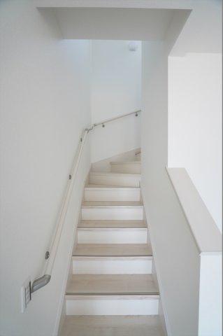 リビング内にある階段はリビングの灯りが入るので夜に階段を下りる時に安心感がありますよ。手すりがついて安心ですね。