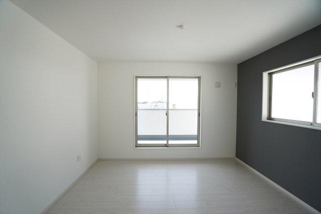 8帖の寝室はアクセントクロスがおしゃれなお部屋です。ベッドを置いたり家具の配置を考えるのも楽しいですね。