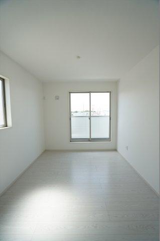 6帖の洋室も2つ窓があり明るく風通しも良いお部屋です。
