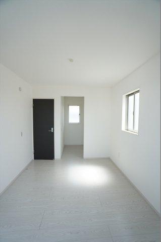 洋室にもWICがありたくさん収納できるのでお部屋がすっきり片付きますね。