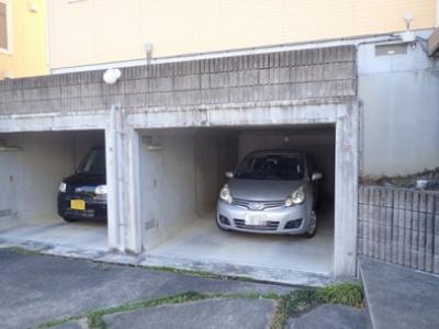 いつでも目の届く敷地内に駐車場があります♪屋内なので雨の日の乗り降りもラクラク♪