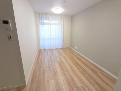 6階南西向き、10.6帖のリビングは陽当たり・通風・眺望良好です♪ ダイニングテーブルやソファー、ローテーブルなどの家具もしっかりと配置できます。