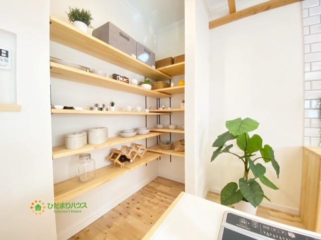 キッチン横のパントリーはストックの収納はもちろん、おしゃれな見せる収納としても♪
