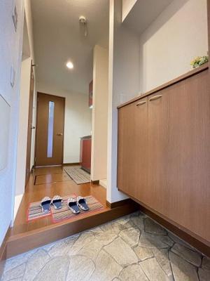 玄関から室内への景観です!キッチンの奥に洋室5.3帖のお部屋があります♪