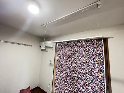 洋室5.3帖のお部屋にある室内物干しです!雨の日やお出掛け時の室内干しにとても便利☆花粉や梅雨の時期に重宝しますね♪