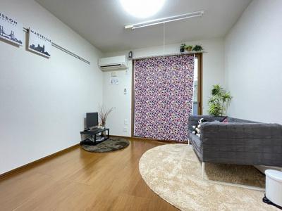 バルコニーに繋がる南東向き洋室5.3帖のお部屋です!エアコン付きで1年中快適に過ごせますね☆壁にはピクチャーレールがあり、絵や写真が飾れます☆ハンガー掛けとしても便利!