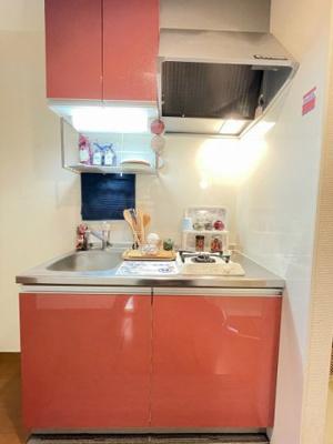1口ガスコンロ付きのキッチンです!場所を取るお鍋やお皿もすっきり収納できます♪床下収納も完備しています!