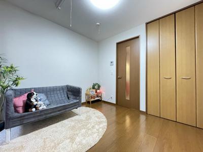 クローゼットのある南東向き洋室5.3帖のお部屋です!お洋服の多い方もお部屋が片付いて快適に過ごせますね♪