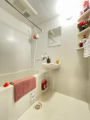 バスルームは洗面台付きの2点ユニットです♪浴室暖房乾燥機&物干しバー付きバスルーム!外に干せないお洗濯物もすっきり乾きます♪
