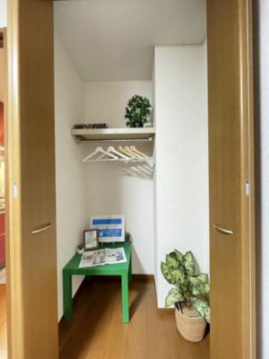 洋室5.3帖のお部屋にあるクローゼットです!奥行きがあり、安心の収納力◎お洋服もしわにならず、キレイに収納できます♪