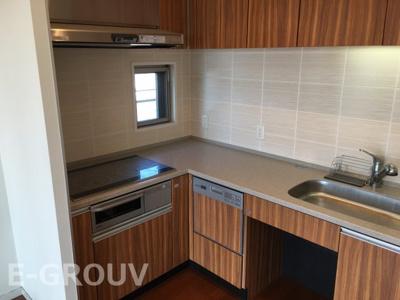 家事導線に優れたL型キッチン。お掃除のしやすいIHクッキングヒーター・食器洗い乾燥機付き付き。座ったまま洗い物が出来るようになっています♪上部吊戸棚付きでたくさん収納できます!
