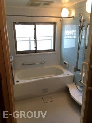 浴室暖房乾燥機付き!雨の日も室内で洗濯物が気持ちよく乾きます。暖房機能も付いているため、真冬の寒い時期でも温度差があまりなく快適にお風呂に入れます。窓のある明るいお風呂です!