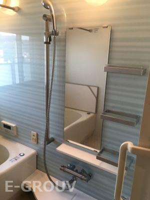 浴室暖房乾燥機付きの明るいお風呂です。暖房機能だけでなく、涼風機能も付いていて、真夏の暑い日も快適にお風呂に入れます♪