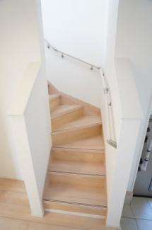 玄関横にある階段です。手すりが設置されていて、フットライトもあるので夜の階段も安心です。