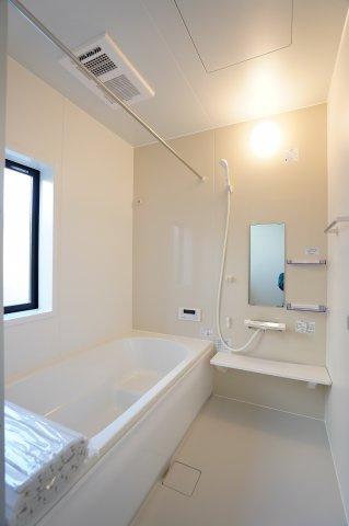 浴室乾燥暖房機付きなので冬場のヒートショック対策や、雨の日の衣類乾燥にも便利ですね!広いお風呂でゆったりとくつろぐことができますよ。
