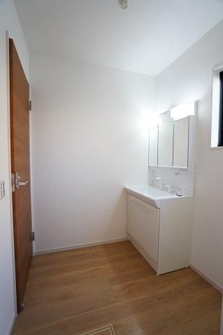 広い洗面所は朝の忙しい時間にも便利なシャワー付き洗面台です。大きな鏡でお化粧もしやすいですよ。