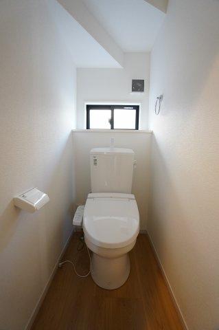 温水暖房便座の1階トイレです。階段下を上手に利用して飾り棚と窓もあります。ちょっとした置物をおくとまた雰囲気が良くなりますね。