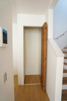階段横のキッチンそばの収納スペースです。食糧備蓄される方にも便利ですね。