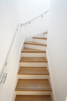 リビング階段でリビングが広く見え、明るい階段になりますよ。家族が顔を合わせる機会が増えるのが嬉しいですね。