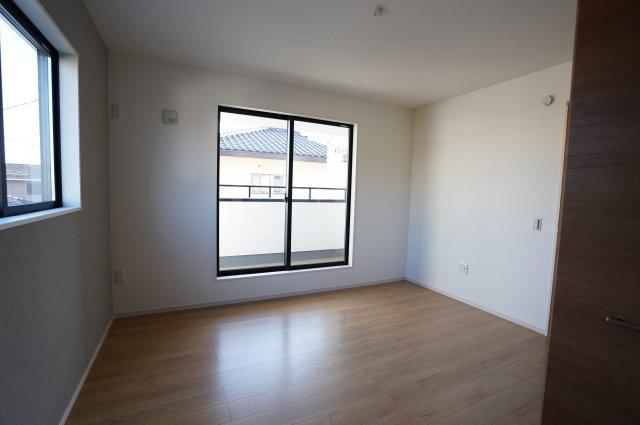 7帖寝室からインナーバルコニーに出られます。窓が2つあります。