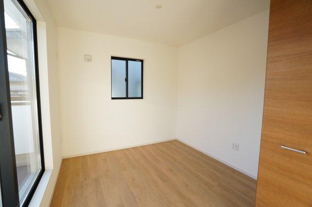 5.2帖の洋室はスカイバルコニーがついています。