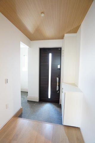 玄関ドアの採光もとれるスッキリとした明るい玄関ですね。