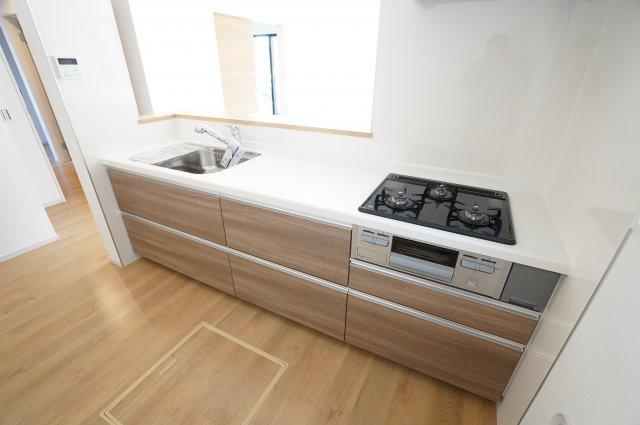 カウンター付きのシステムキッチンです。お料理を家族に運んでもらったり、おしゃべりしながらお料理したり楽しい時間が想像できますね。