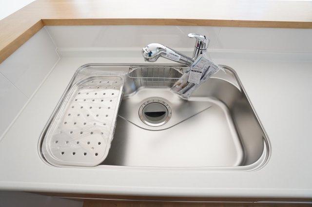 シンクは水切りもついて、洗剤やスポンジを置く場所もあるので嬉しいですね。
