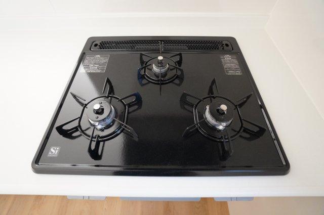 ガス台は3つ口コンロが嬉しいですね。たくさんお料理したい時や作り置きをする時、お弁当作りの時もコンロ2つより断然便利ですよ。