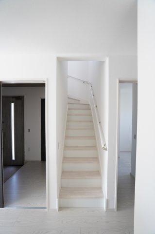 リビングスルー階段で、手すり付です。お子様も安心して階段の上り下りできますね。