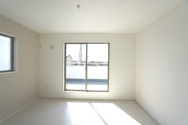 2階7帖 2面窓からの差込む光で昼間も明るいです。