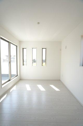 2階6.5帖 掃き出し窓からの光でお部屋が明るいですね。