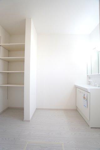 広々洗面所です。ランドリーケースを置いたりできます。設置棚で洗剤等の小物もすっきり片付けられます。
