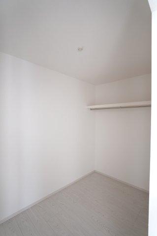 1階 リビングクロークで普段使いの衣類やバッグ等2階に取りに行く必要がなく便利です。