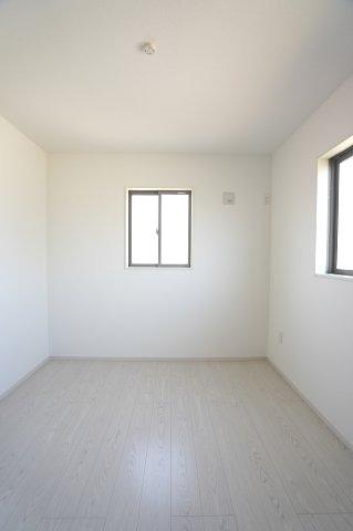 2階5.2帖 窓が2面あるので採光と通風がいいです。気持ちよく過ごせそうですね。