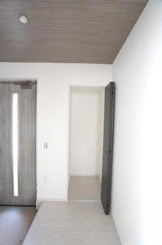 玄関収納です。アウターなどの衣類をかけておくのに便利です。