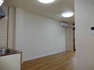 明るい色調の室内です 【COCO SMILE ココスマイル】