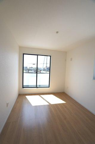 2階6.5帖 窓からの差込む光で昼間も明るいです。