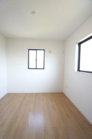 2階5.2帖 2面窓からの差込む光で昼間も明るいです。