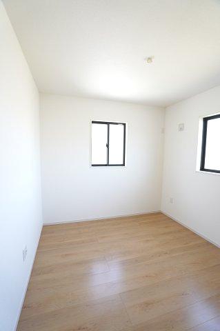 2階5.2帖 気持ちのよい風が入ってきそうなお部屋です。換気も十分にできます。