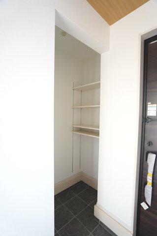 玄関にあるシューズインクロークで靴、傘、ベビーカーなど収納できるので玄関がスッキリします。