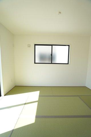 6帖 和室はちょっとゴロゴロするのに心地よい空間です。気持ちよく過ごせそうですね。