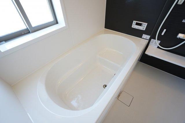 ベンチタイプは段差があるため、少ない水の量で浴槽をいっぱいにすることができます。