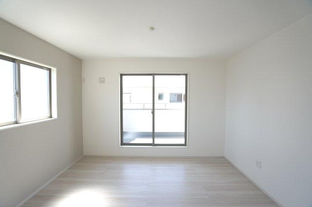 2階7帖 2面窓からの差込む光で昼間も明るいお部屋です。