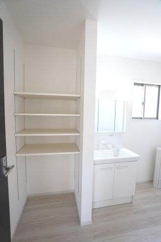 洗面所にある収納です。普段使いの洗剤や柔軟剤など日用品をすっきり片付けられます。