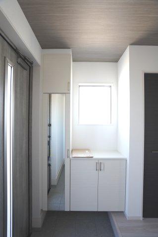 ガラス部分から光が取り込める玄関ドアです。玄関が明るくなっていいですね。