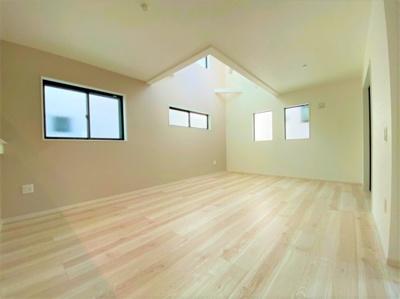 吹き抜けのある広々としたリビングで、家具などを置いても広く使えるリビング仕様となっております。