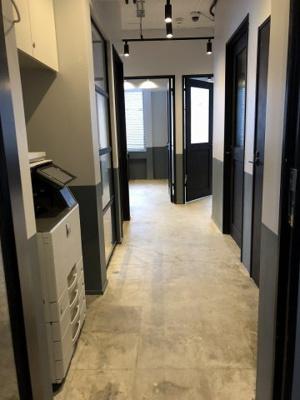 2階共用廊下。各個室ドアに鍵あり。